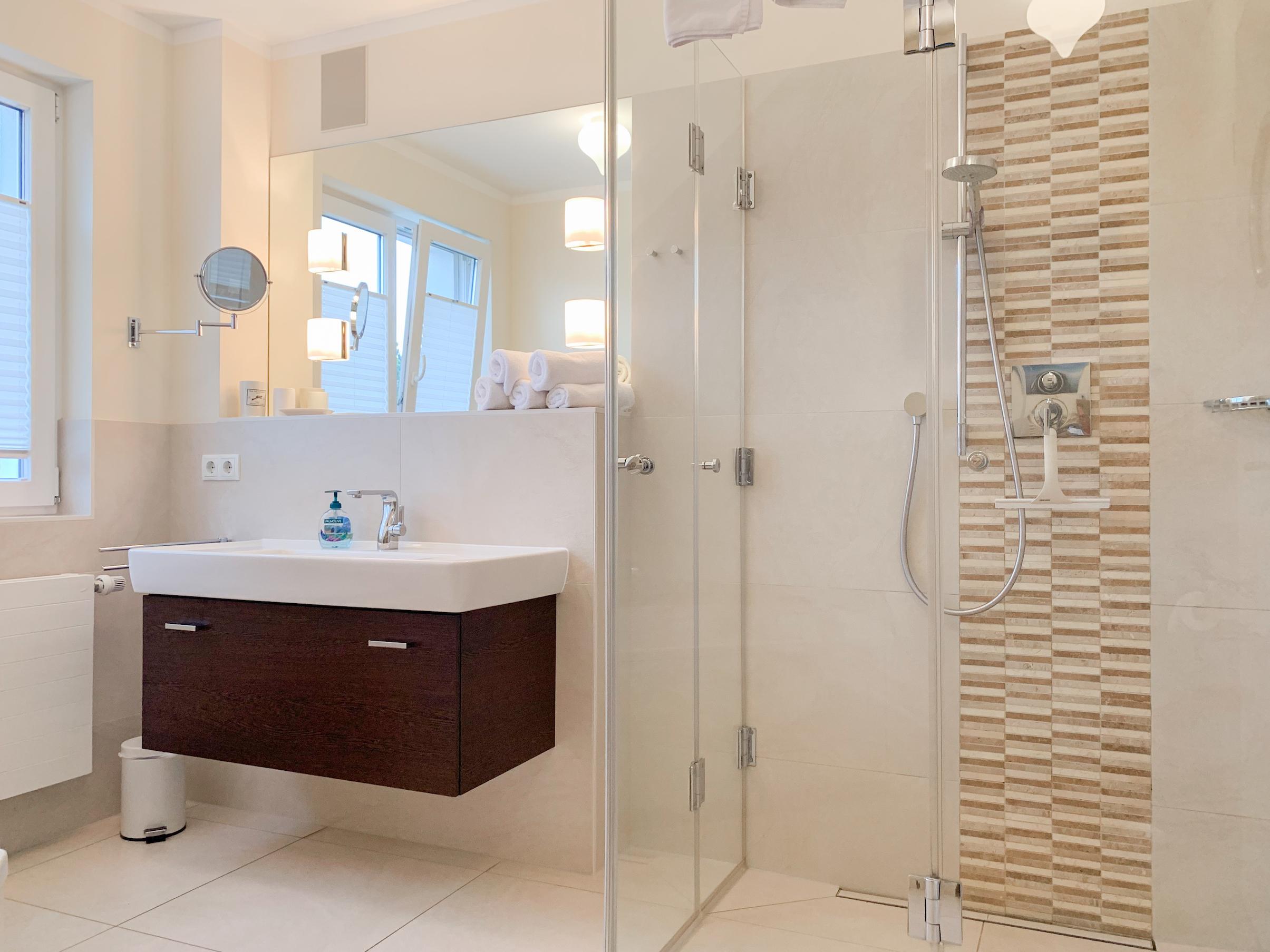 Badezimmer mit Whirlwanne und Dusche